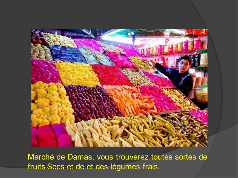 Marché de Damas, vous trouverez toutes sortes de fruits Secs et de et des légumes frais.