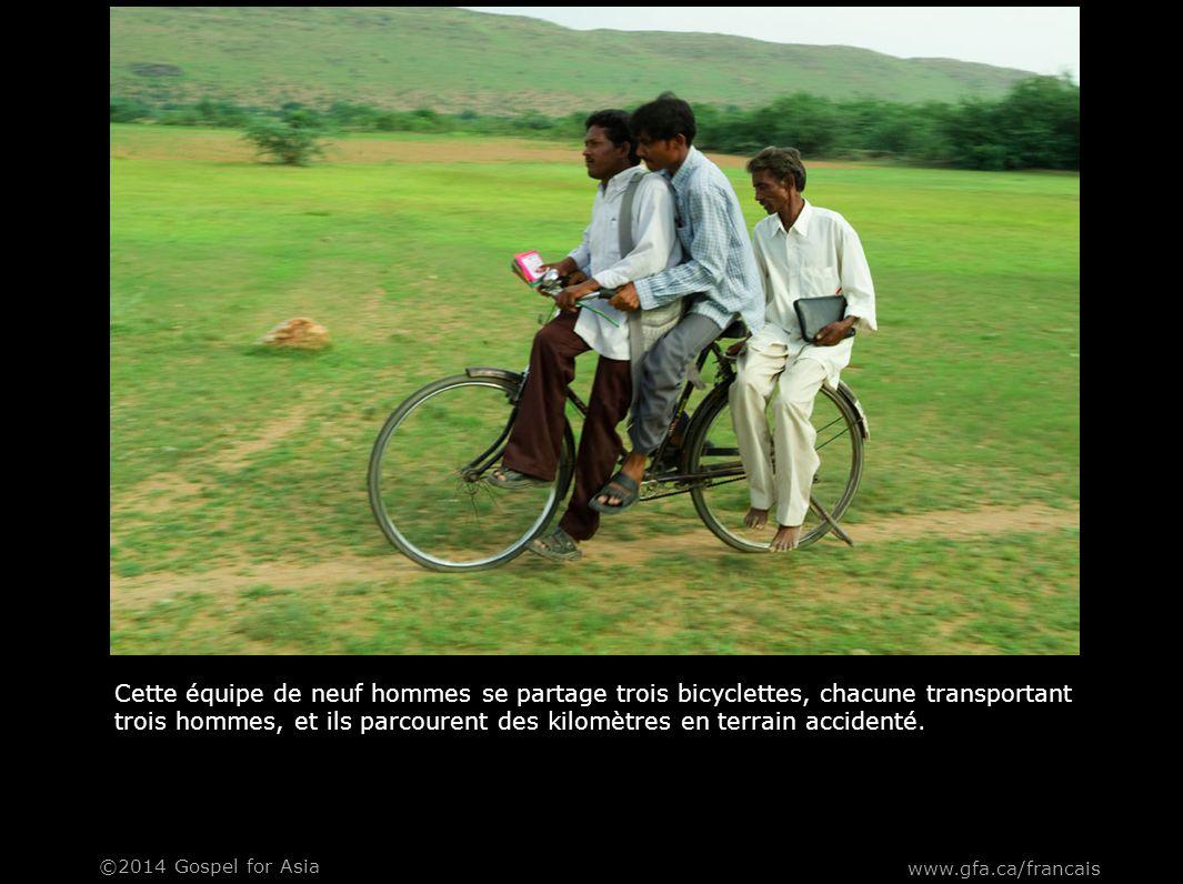 Non seulement ils voyagent trois hommes par bicyclette, mais ils transportent aussi leurs tracts d'évangélisation.