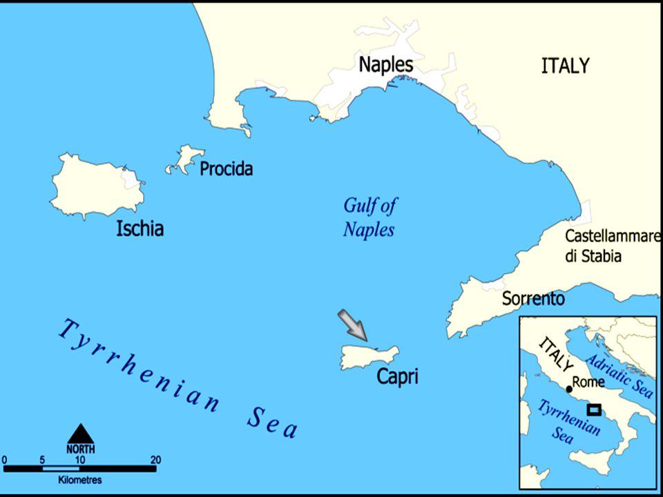 Capri est une petite île au large de la côte spectaculaire d Amalfi en Italie.