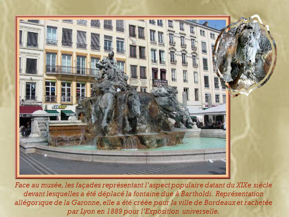 Face à l'Hôtel de ville, à l'autre extrémité de la place, la galerie des Terreaux représente le côté bourgeois, avec ses belles façades ornées de médaillons et de lambrequins artistiquement travaillés.