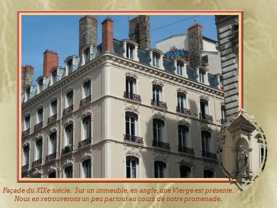 Face au musée, les façades représentant l'aspect populaire datant du XIXe siècle devant lesquelles a été déplacé la fontaine due à Bartholdi.