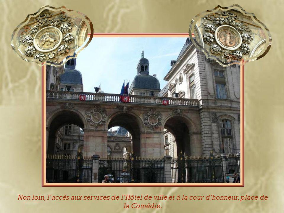 L'opéra et la statue-fontaine d'Ipousteguy.