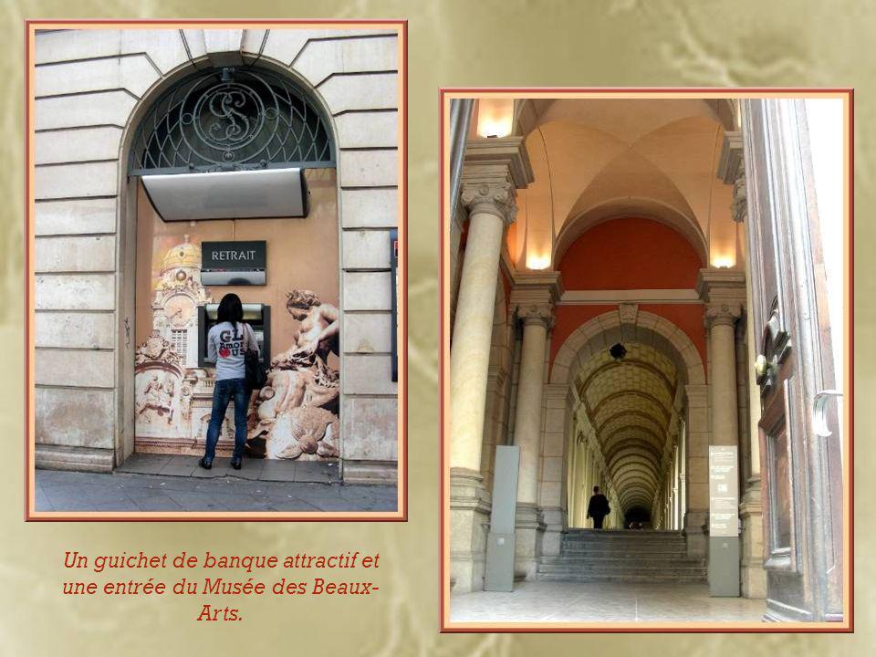 Et nous ne manquons pas d'admirer aux passages quelques-uns des multiples immeubles du XIXe siècle.