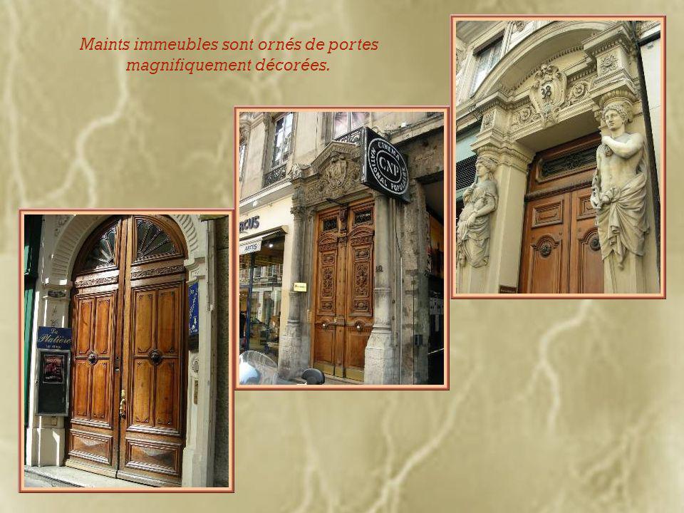 Un guichet de banque attractif et une entrée du Musée des Beaux- Arts.