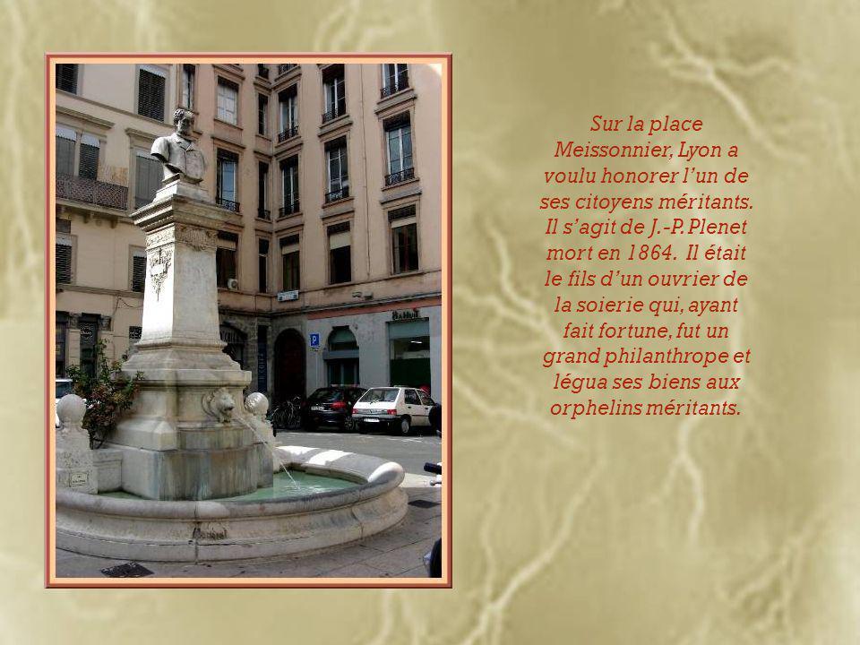 Coincée entre deux immeubles, on remarque la chapelle du couvent des Dames de Saint- Pierre dont le portail roman est orné de la tiare papale et des clés de la papauté…