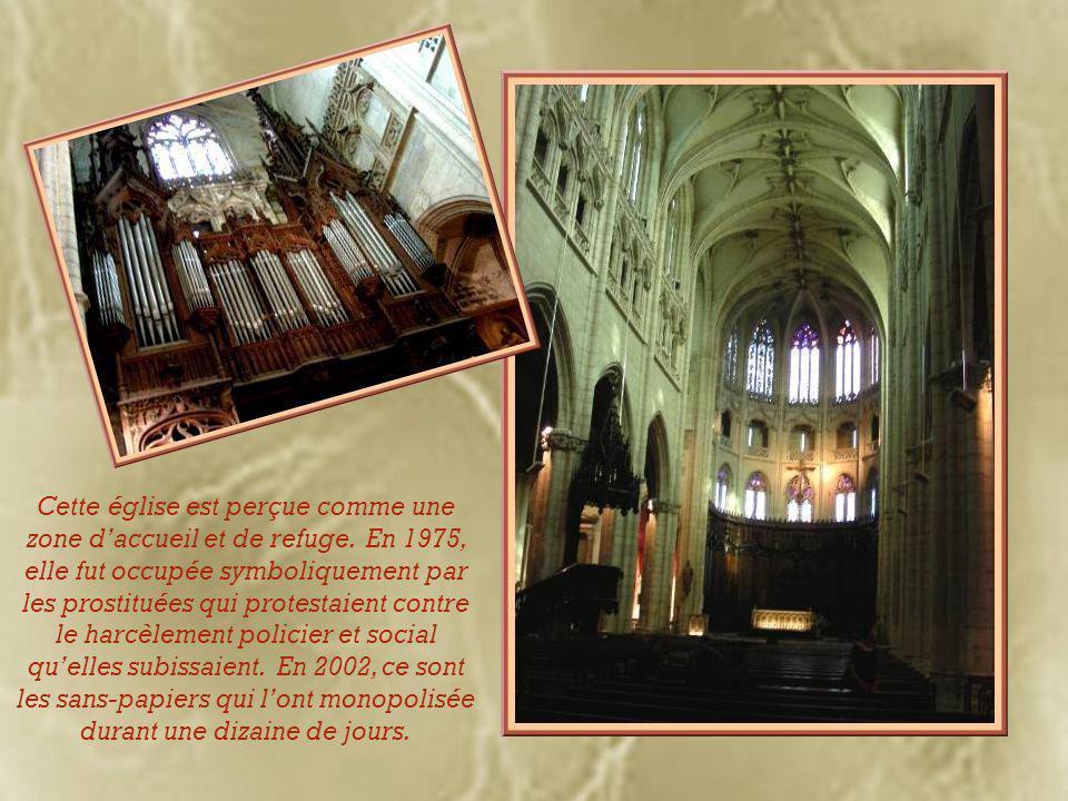 Deux tours ornent sa façade : celle qui est surmontée d'une flèche en brique rose date du XVe siècle tandis que celle qui est dotée d'une flèche ajourée de style néo-gothique a été ajoutée au XIXe siècle.