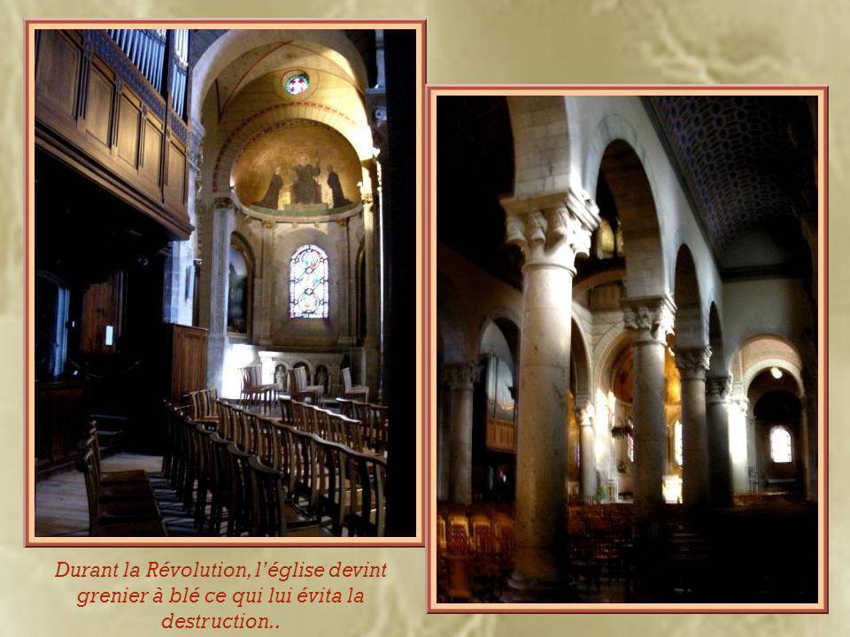 Il semblerait que les robustes colonnes viendraient de l'autel de Rome et Auguste qui s'élevait près de l'amphithéâtre de la Croix-Rousse.