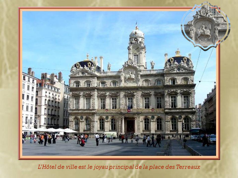 Au centre de la place, domine une statue équestre de Louis XIV installée en 1825, réplique de la précédente fondue en 1792.