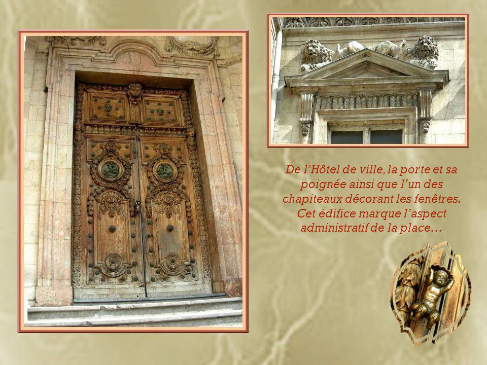 De l'Hôtel de ville, la porte et sa poignée ainsi que l'un des chapiteaux décorant les fenêtres.