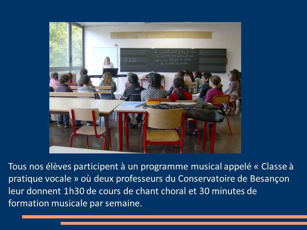 Tous nos élèves participent à un programme musical appelé « Classe à pratique vocale » où deux professeurs du Conservatoire de Besançon leur donnent 1h30 de cours de chant choral et 30 minutes de formation musicale par semaine.