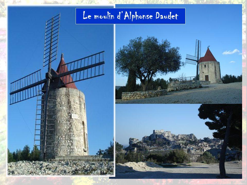 Le moulin Saint-Pierre (ou Moulin Ribet), dit Moulin d Alphonse Daudet , est sur une hauteur entourant le village de Fontvieille.