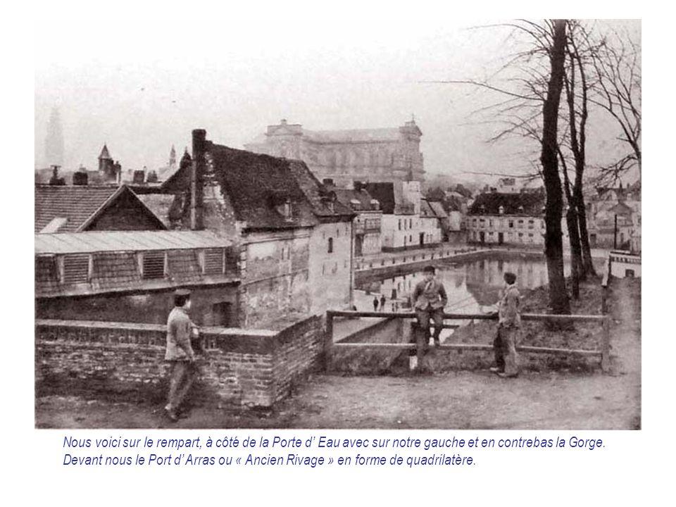 Nous voici sur le rempart, à côté de la Porte d' Eau avec sur notre gauche et en contrebas la Gorge. Devant nous le Port d' Arras ou « Ancien Rivage »