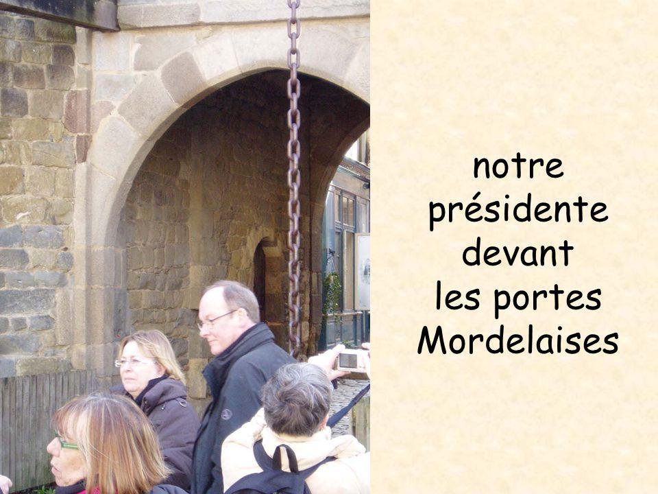 notre présidente devant les portes Mordelaises