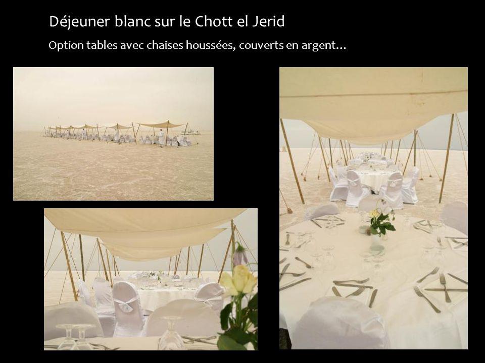 Déjeuner blanc sur le Chott el Jerid Option tables avec chaises houssées, couverts en argent…