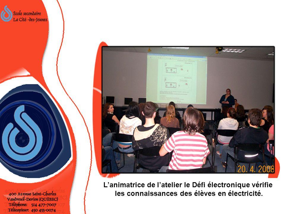 L'animatrice de l'atelier le Défi électronique vérifie les connaissances des élèves en électricité.