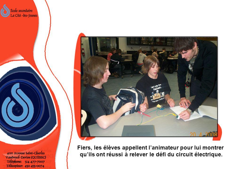 Fiers, les élèves appellent l'animateur pour lui montrer qu'ils ont réussi à relever le défi du circuit électrique.