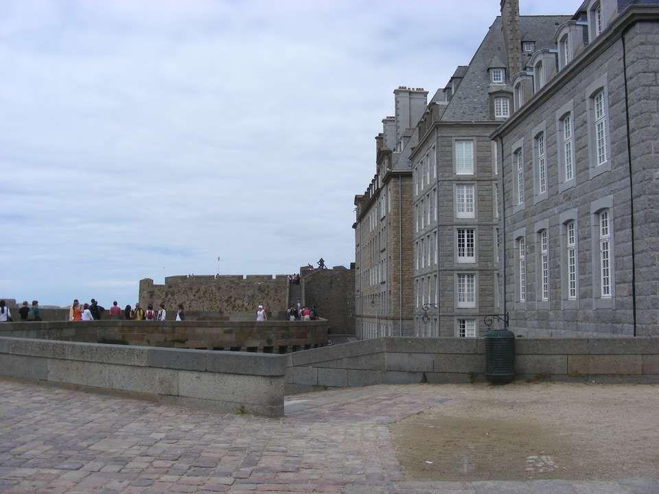 Saint Malo est un port de mer situé sur la Manche.