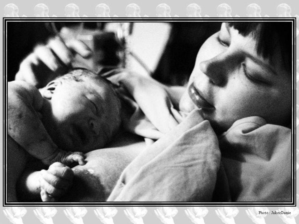 Autres réflexions… Aussi banale qu extraordinaire, la naissance d un enfant touche à quelque chose d essentiel qui est l émergence de la vie.
