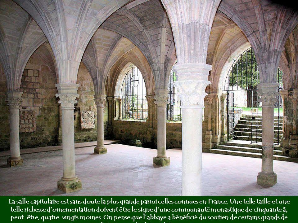 La chapelle basse montre une voûte en plein cintre et un chœur en cul-de-four. Cette salle possède une acoustique remarquable grâce à des cavités répa
