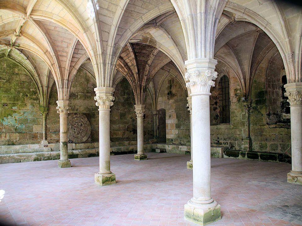 La salle capitulaire est sans doute la plus grande parmi celles connues en France. Une telle taille et une telle richesse d'ornementation doivent être