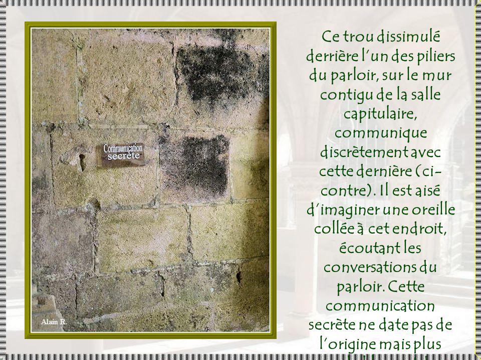 Morceaux de dallages du XII e siècle retrouvés lors des fouilles.