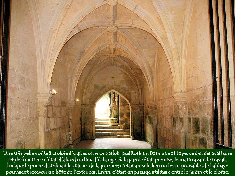 Ce trou dissimulé derrière l'un des piliers du parloir, sur le mur contigu de la salle capitulaire, communique discrètement avec cette dernière (ci- c