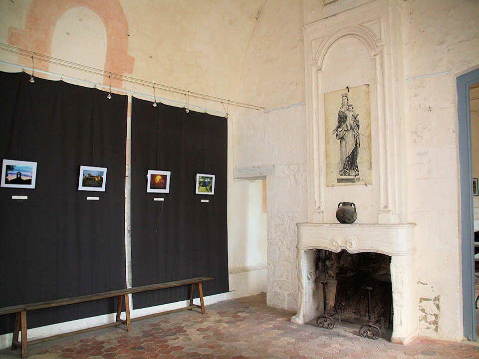 Nous voici dans les salles du logis abbatial implanté dans la chapelle haute du XII e siècle. Ces trois salles ont des portes imposantes faites de boi
