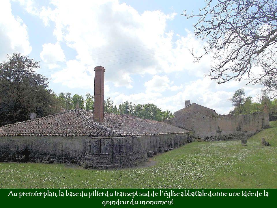 Derrière l'abside des deux chapelles superposées, se trouvent les vestiges de l'ancienne église abbatiale détruite durant les guerres de Religion. Ces