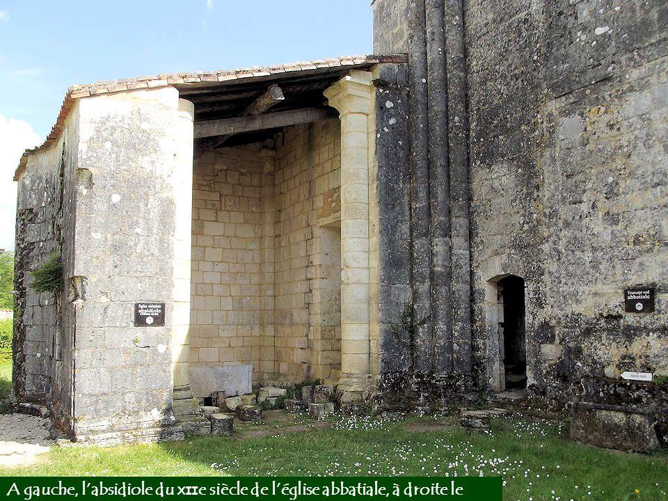 Au premier plan, la base du pilier du transept sud de l'église abbatiale donne une idée de la grandeur du monument.