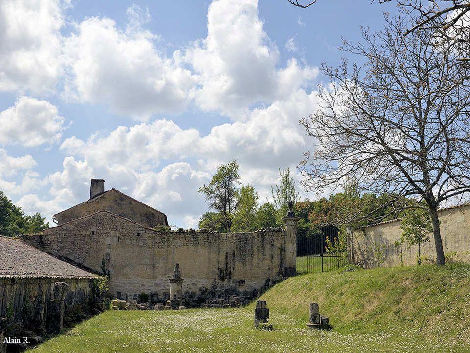 Aux deux extrémités de cet espace sont installés des musées lapidaires, rassemblant les pierres sculptées les plus caractéristiques trouvées au cours des fouilles.