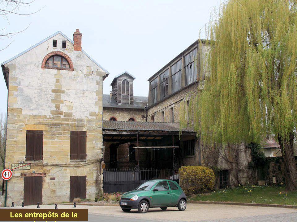 Le moulin de Courcelles date, pour l'essentiel, du XIX e siècle et c'est, en fait, une minoterie. Il possède encore un bâtiment d'époque Louis XIII. S