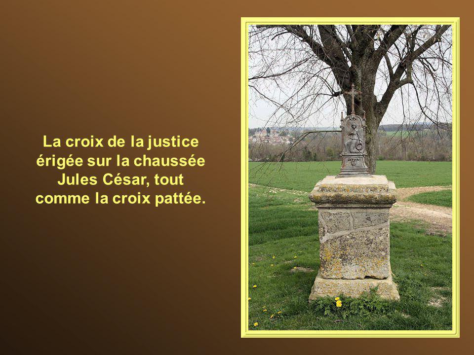 La croix de Labathe date du XIII e siècle. Les croix pattées sont considérées comme emblématiques du Vexin français, bien qu'il n'en subsiste plus que
