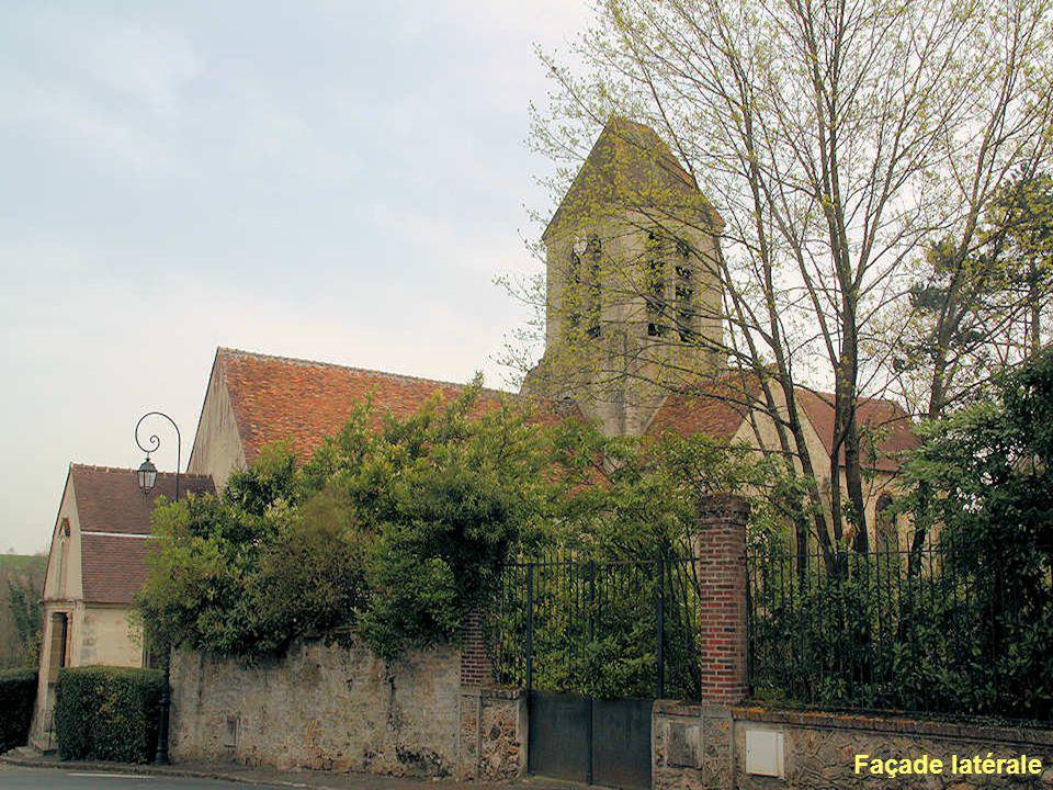 L'église Saint-Martin actuelle succède à un édifice que Jean de Bayeux, archevêque de Rouen, donne à l'abbaye de Saint-Denis. La nef-grange est encadr