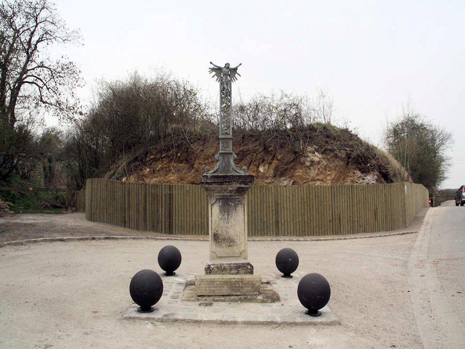 Ce colombier, situé dans la ferme du château, aujourd'hui démoli, n'est pas antérieur au XVII e siècle Il est de forme cylindrique et comporte deux ni
