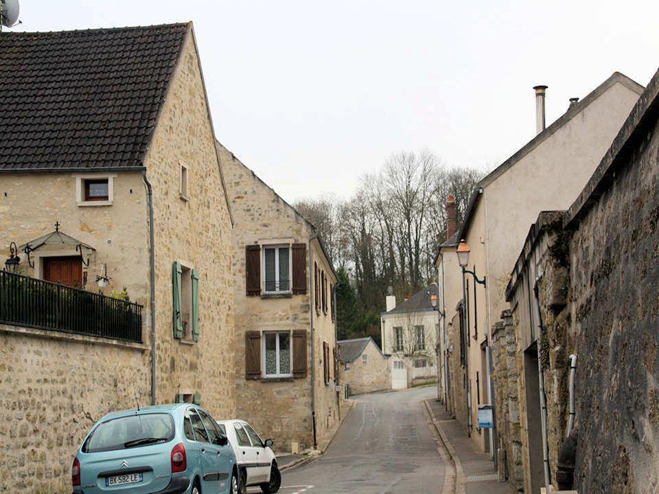 Ce village du Val d'Oise et du Canton de Vigny, à la porte de la ville nouvelle de Cergy-Pontoise, est inclus dans le périmètre du Parc Naturel Région