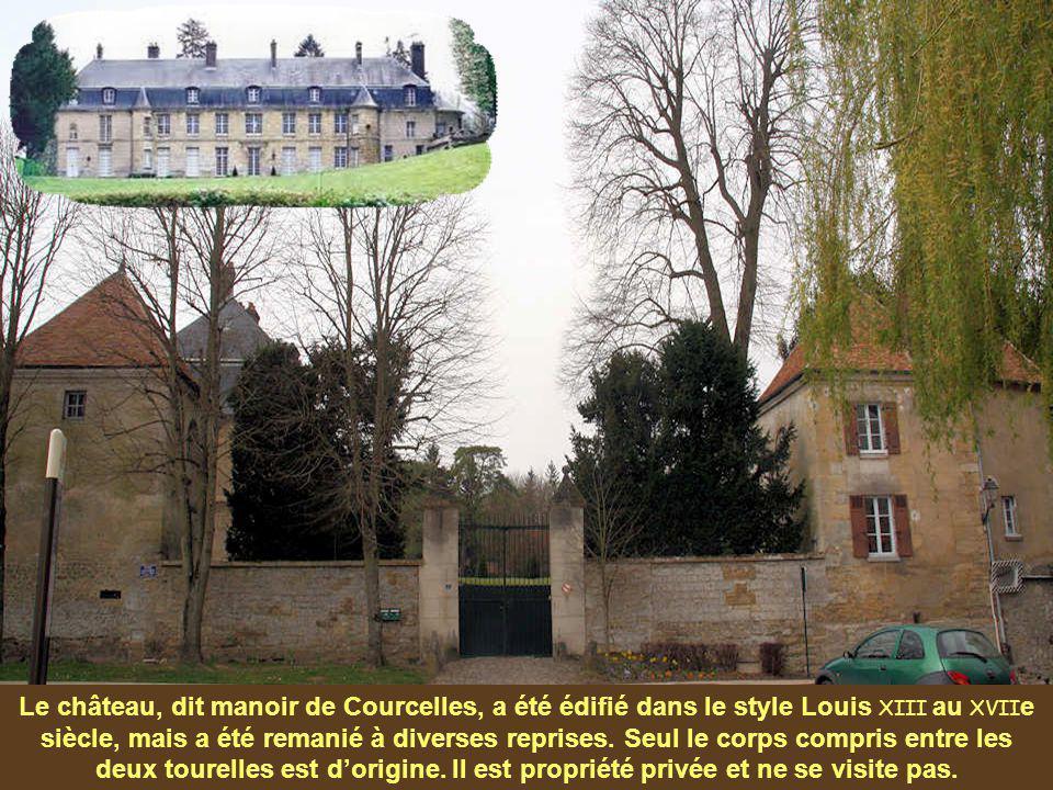 Le château, dit manoir de Courcelles, a été édifié dans le style Louis XIII au XVII e siècle, mais a été remanié à diverses reprises.