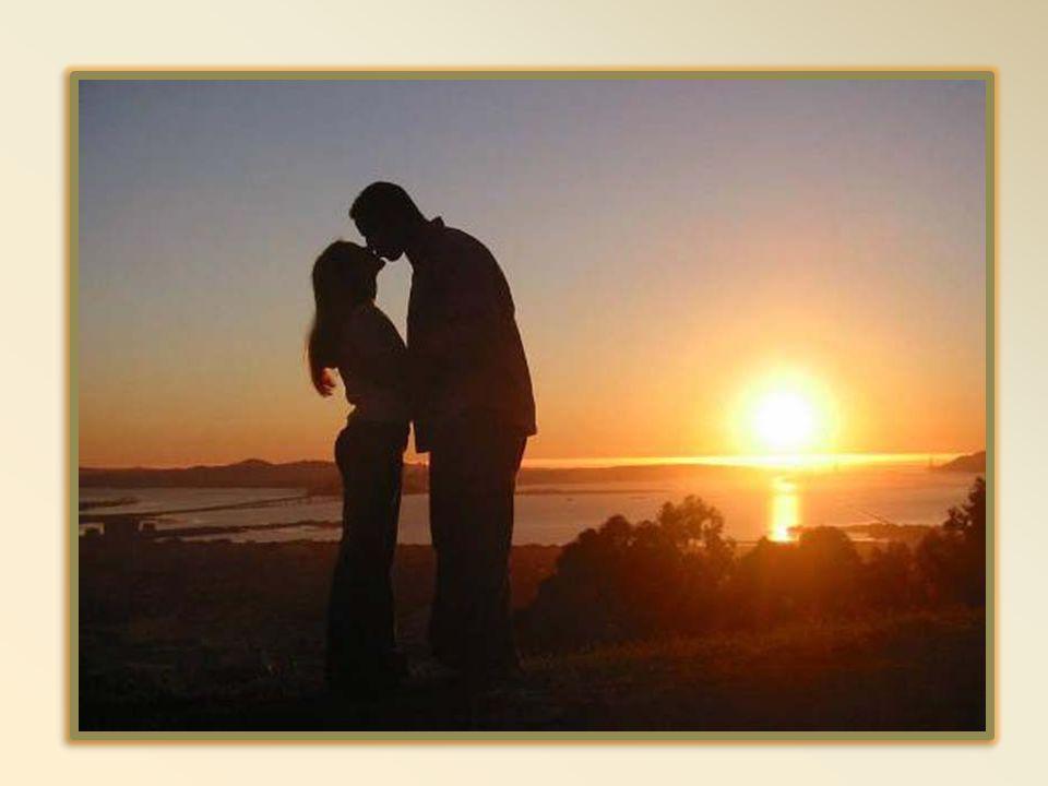 Te souviens-tu mon amour, De nos soirées du samedi soir Nous partions nous tenant tous les deux par la main Aussi beaux que nos cœurs sont amoureux Te souviens-tu mon amour Nous allions toujours danser à la même place En arrivant notre table était toujours gardée Juste en avant, la première place.