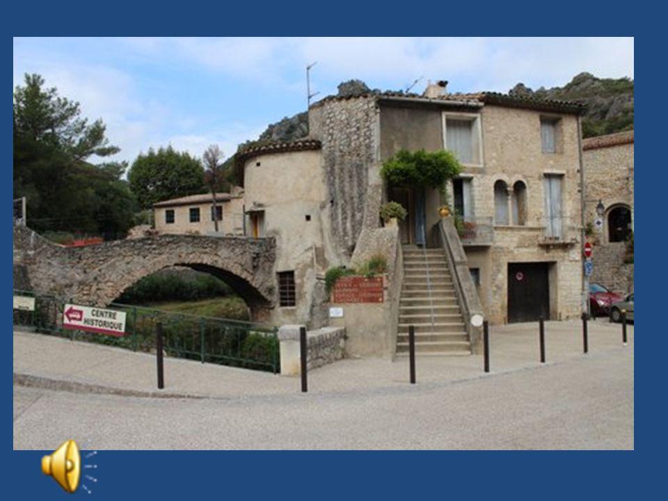 Le Village Médiéval est bâti aux pieds d'impressionantes falaises calcaires: le Cirque de l'Infernet. (Voir le diaporama de la Rando de Juin) L'histoi