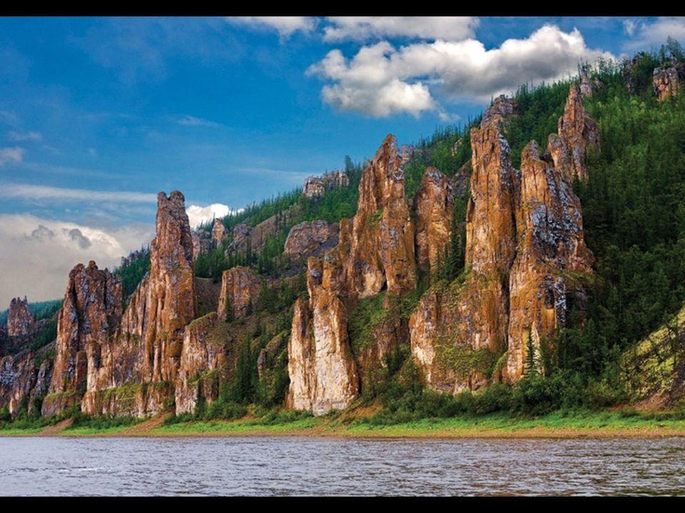 Dans Ulus Khangalassky (région) de Yakoutie en Extrême-Orient russe, et situé à seulement 300 km du cercle polaire arctique, la Sibérie la plus froide et la plus difficile d'accès cache des formations rocheuses d une beauté époustouflante que la rivière Lena à sculptée sur des milliers d années pour former un paysage unique qui permet aux visiteurs étonnés et audacieux qui osent venir jusqu'ici, de voir la forêt de pierre de Lena (Lena ou nervures)