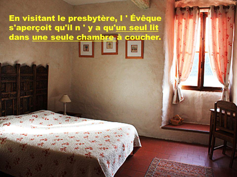 En visitant le presbytère, l Évêque s aperçoit qu il n y a qu un seul lit dans une seule chambre à coucher.