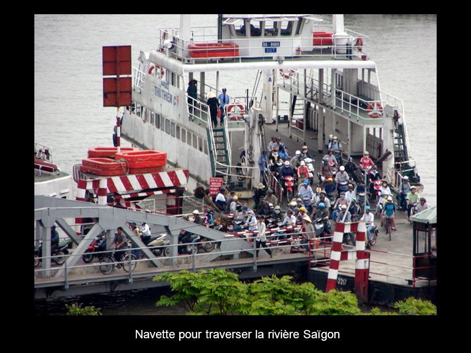 Navette pour traverser la rivière Saïgon