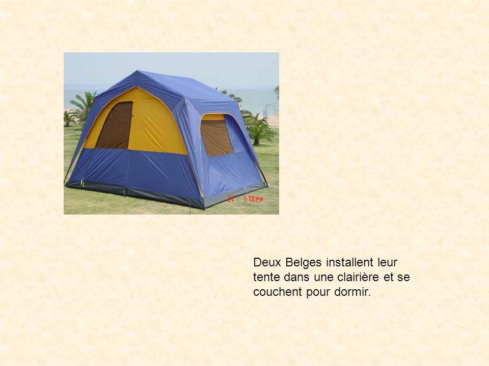 Deux Belges installent leur tente dans une clairière et se couchent pour dormir.