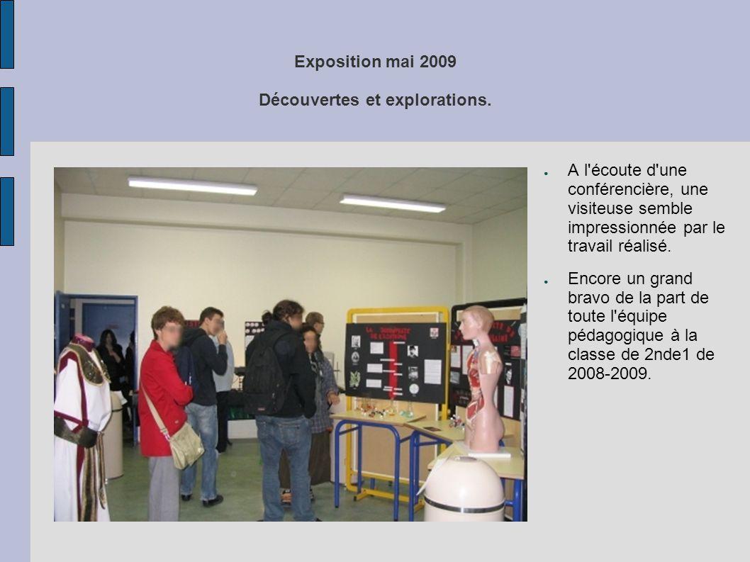 Exposition mai 2009 Découvertes et explorations. ● A l'écoute d'une conférencière, une visiteuse semble impressionnée par le travail réalisé. ● Encore