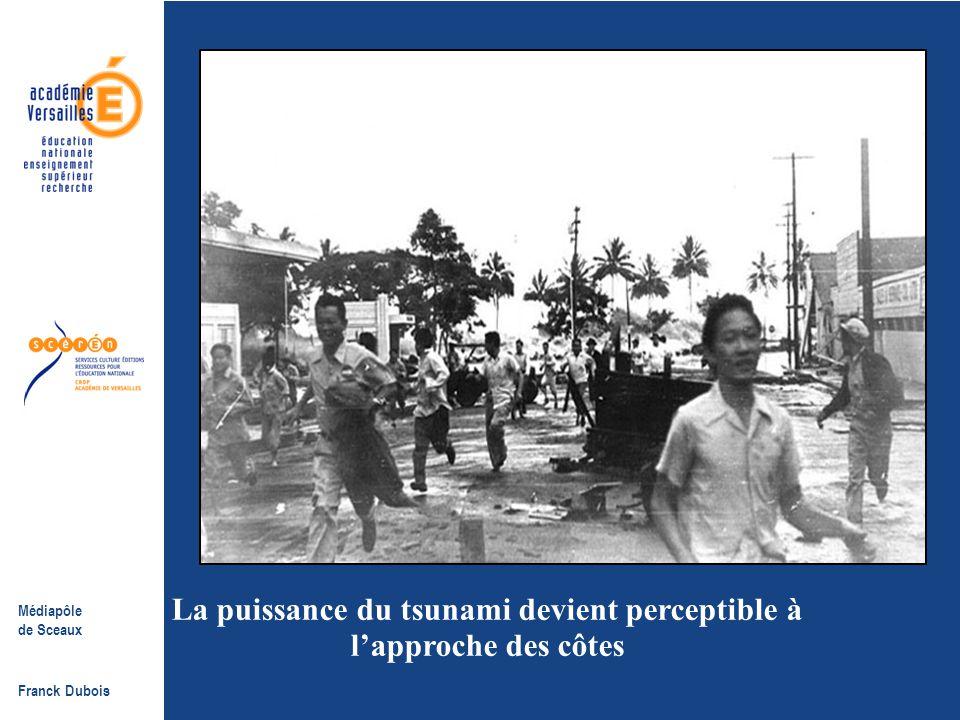 Médiapôle de Sceaux Franck Dubois Des plages quelques personnes soupçonnent le danger à la crête blanche à l'horizon