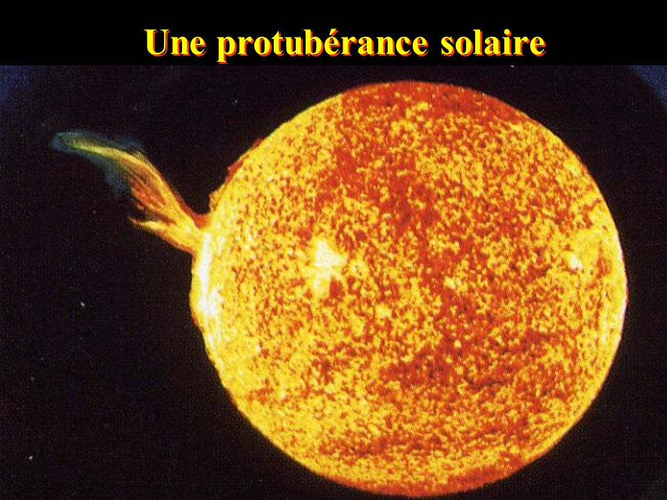 La Corona Montage photographique réalisé suite à l'éclipse du 11 juillet 1991 (intensité de 10 -6 celle de la photosphère, la forme est dépendante du champ magnétique solaire) N S