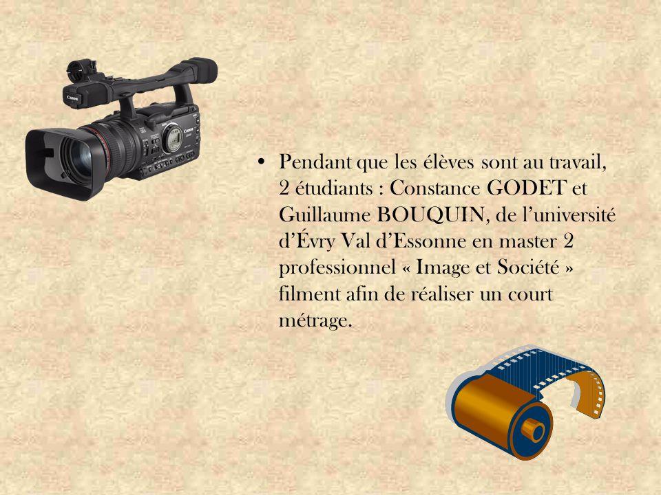 Pendant que les élèves sont au travail, 2 étudiants : Constance GODET et Guillaume BOUQUIN, de l'université d'Évry Val d'Essonne en master 2 professionnel « Image et Société » filment afin de réaliser un court métrage.