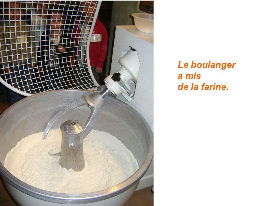 Le boulanger a mis de la farine.