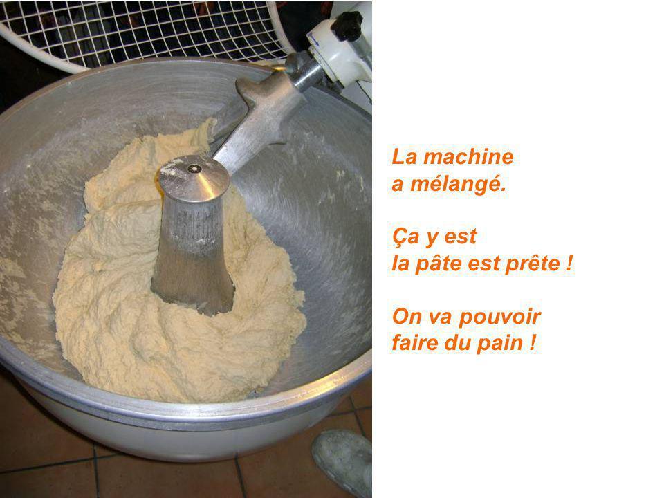 La machine a mélangé. Ça y est la pâte est prête ! On va pouvoir faire du pain !