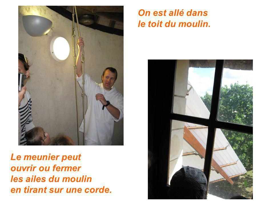 Le meunier peut ouvrir ou fermer les ailes du moulin en tirant sur une corde. On est allé dans le toit du moulin.