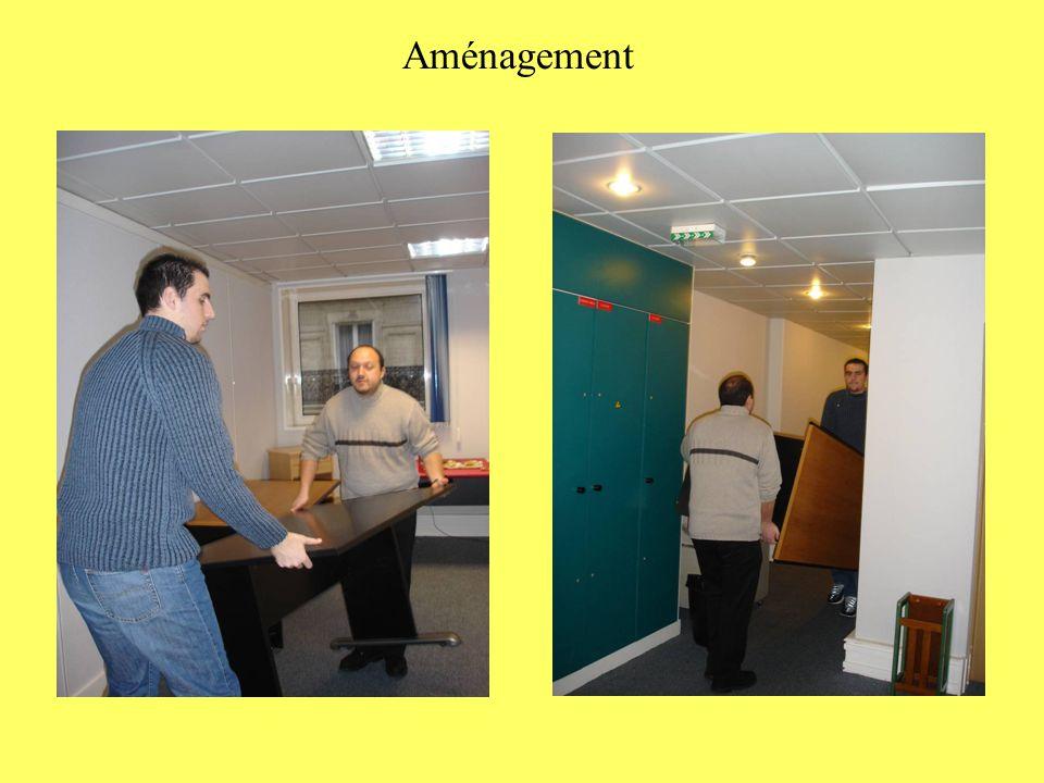 Mise en place de la salle de réunion Tire bien de ton côté Ok Viens nous aider au lieu de nous photographier C'est bien coupé .